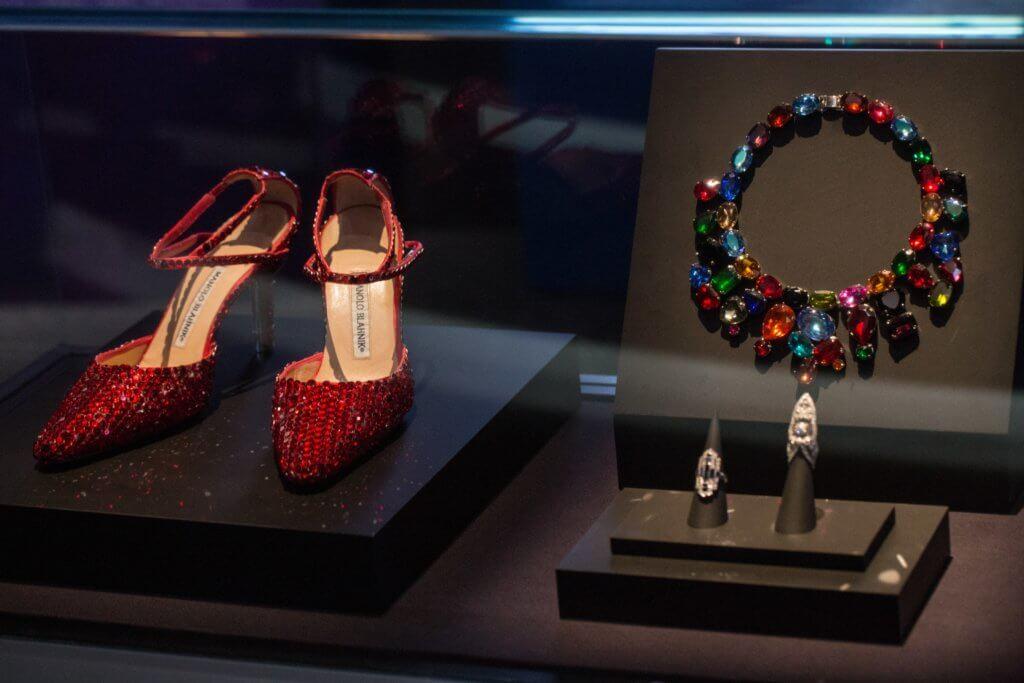 張國榮於《 跨越 97 》演唱會時穿著的高跟鞋(左)。