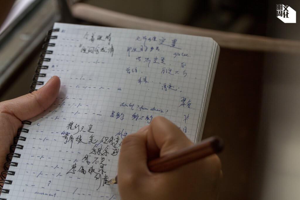 由王樂儀在大學初上歌詞班,至現在成為小有名聲的詞人,原來已走過十年,寫出自己的「另類」風格。