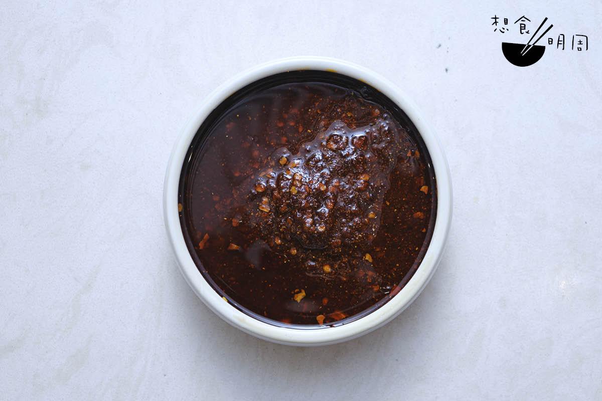 乾鍋醬是乾鍋的靈魂所在。陳師傅每周都用印度魔鬼椒、貴州辣椒、二荊條乾辣椒等合共一百斤辣椒炒製。