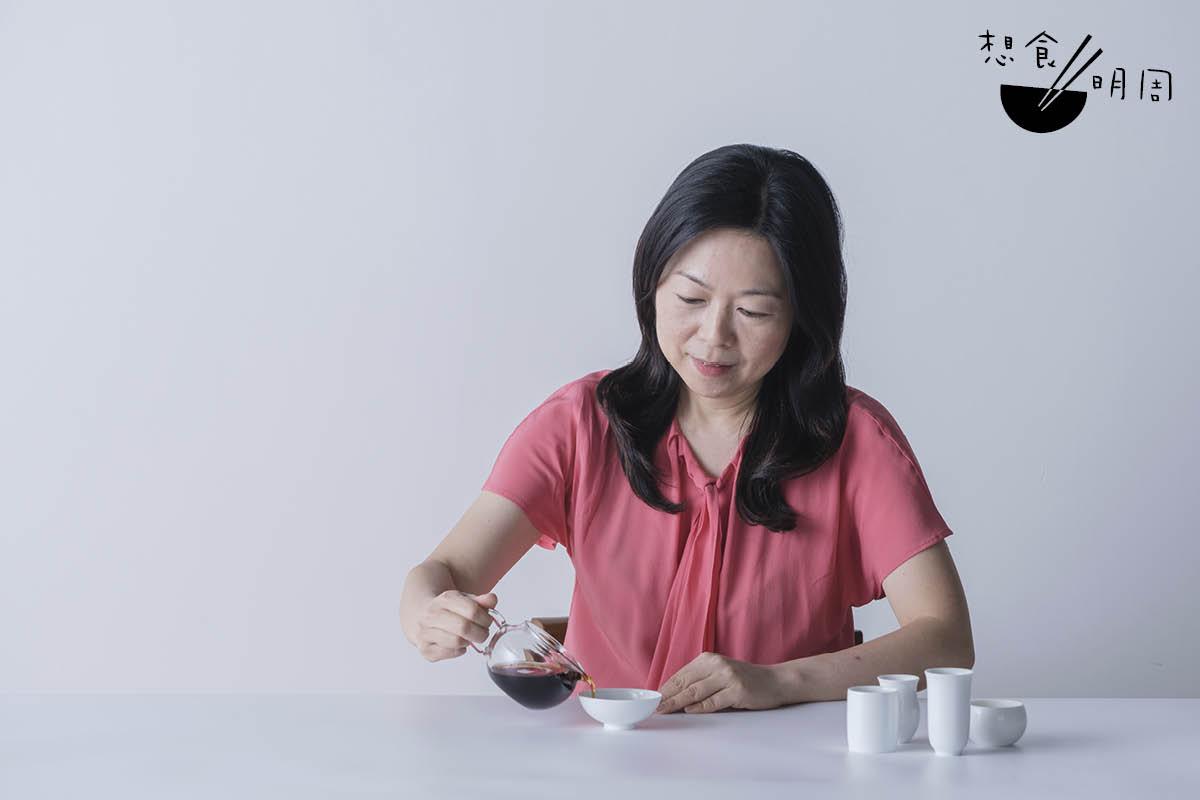 福茗堂評茶師薛詠君(Ann),這天親自把不同茶葉,用「五克茶葉兌一百五十毫升水」的比例沖茶,然後再由淺入濃的,逐一品飲茶湯放在不同容器的味覺分別。