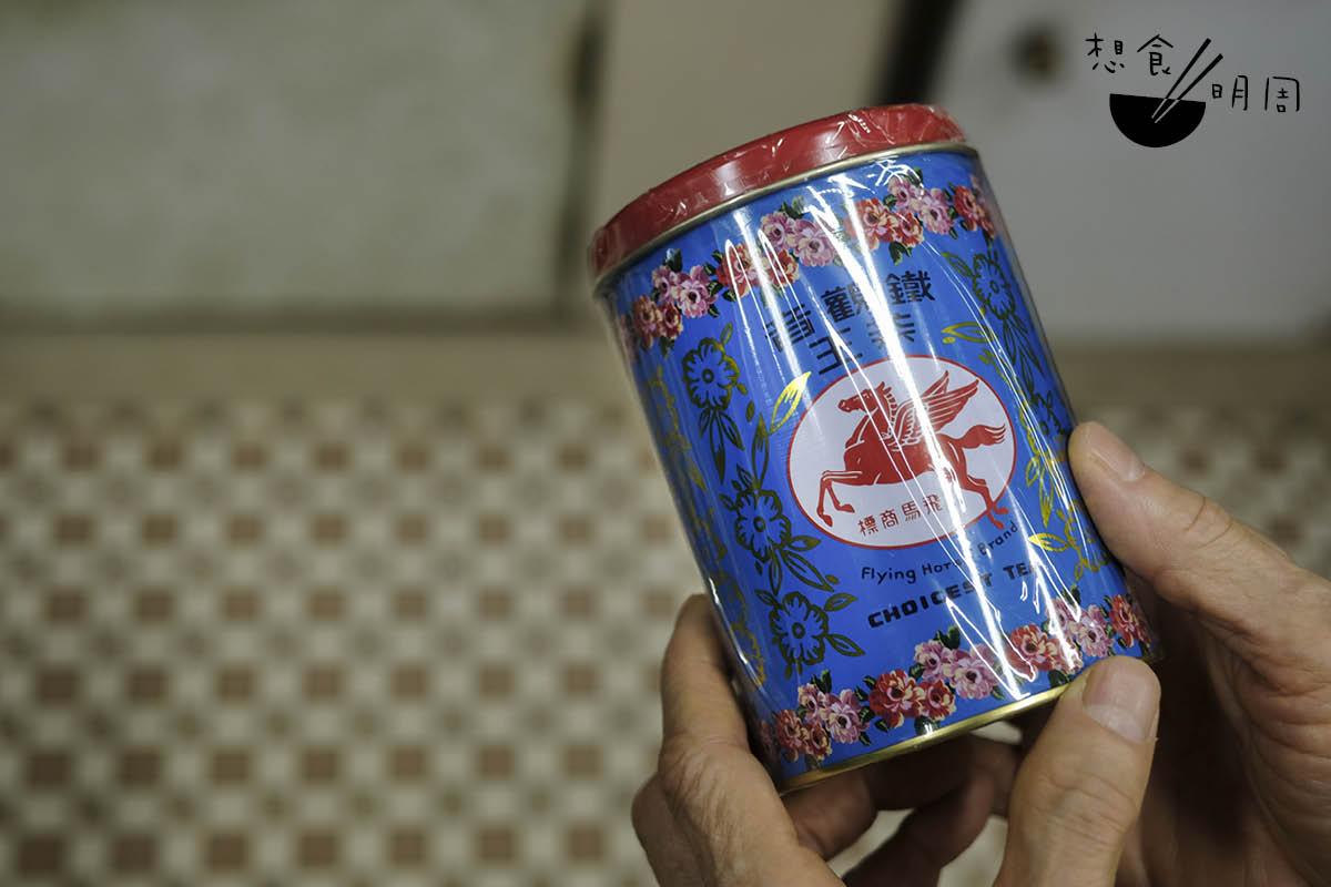 福建茶行的鐵觀音,用粉紅撞粉藍色的馬口鐵盒裝着。它原來是上世紀八十年代東南亞旅客遊港時的熱門手信。