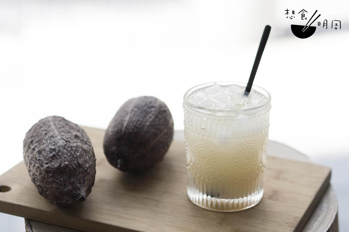 Jeffrey即場示範如何沖開濃縮果汁:以90克裝為例,先倒一半在杯子,加室溫水攪拌,最後加冰塊即成。他認為亦可用氣泡水代替室溫水。