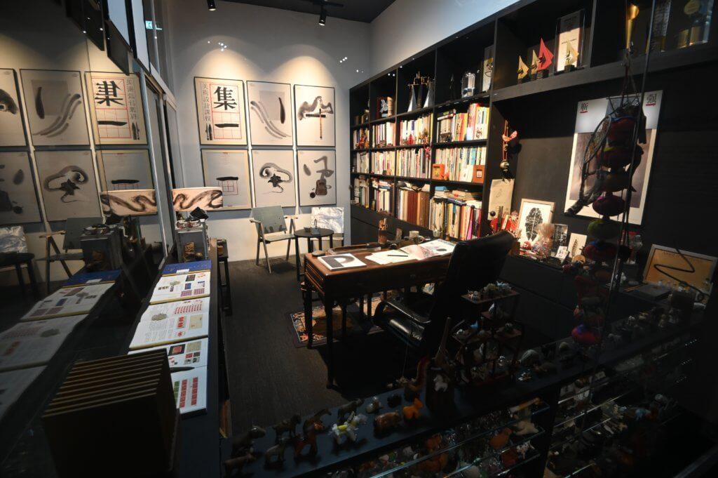 設計師靳埭強的工作室展示了他設計的海報作品、獎座及藏書。
