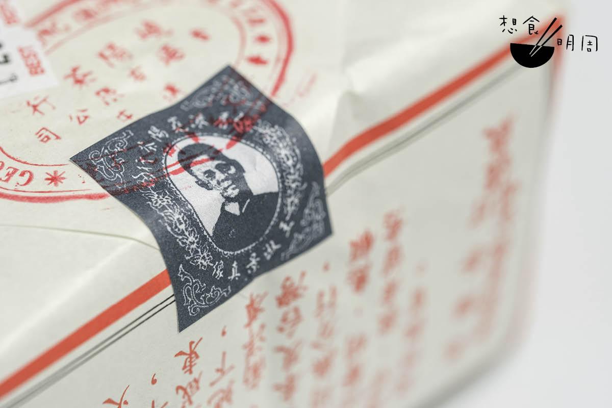 尚用紙包鐵觀音的茶行不多,嶤陽是僅存的其中一家。包裝以印上第三代創辦人王淑景頭像的貼紙封口,以茲真品。