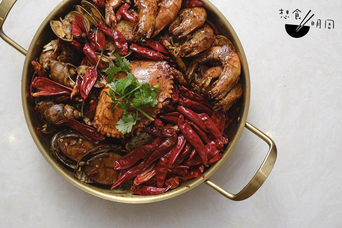 香辣雜錦海鮮乾鍋//最豐盛的乾鍋款式,包羅時令海鮮如鮮鮑魚、東風螺、大蜆、花甲及蝦,足夠三至四人吃。($338)