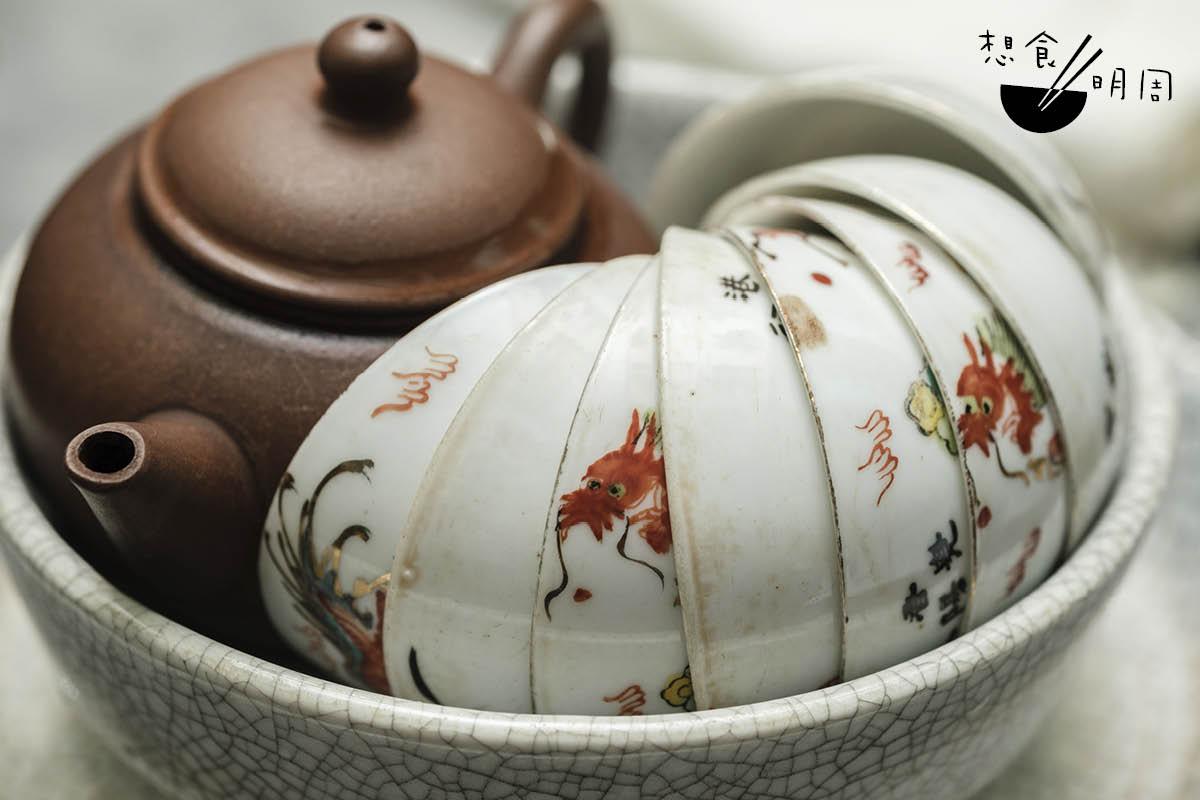 嶤陽茶行廳中有張圓桌,長年放着一個紫砂壺和數隻小瓷杯,等待好奇的人前來試茶。