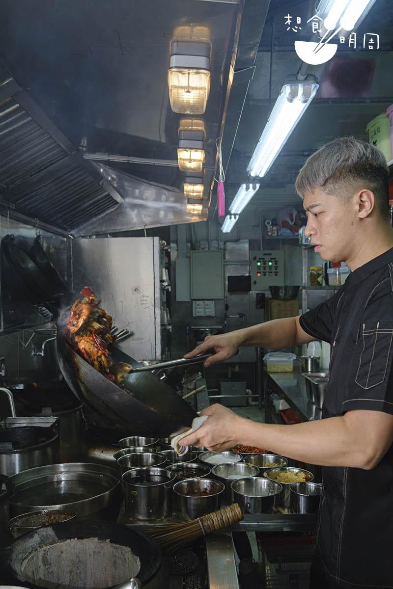 專做乾鍋的陳師傅,年前曾於重慶當廚。他認為好吃乾鍋有三大條件,一是夠香,二是夠鑊氣,三是每種材料都呈現出各自最佳質感。