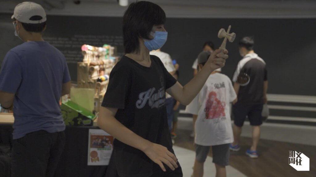 練習劍球是有技巧,並要動用全身上下的力量。