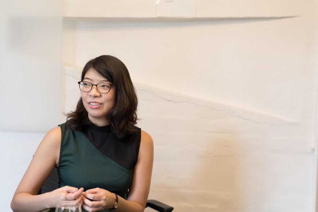 黃怡擅長以文字審視香港城市百態,在題材取向方面與盧定彰不謀而合。