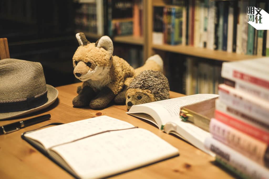 狐狸與刺猬,是董啟章的妻子赴劍橋時買回來送他的禮物。典故大意是,狐狸多計仔,但刺猬只需要識得一招就可以。