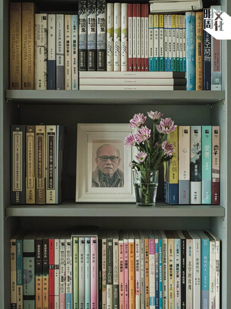 董啟章的客廳中,除了一面電視牆,其餘幾面都是高身書架,擺放外國文學、日本文學、哲學和佛學 書,也有漫畫、自然圖鑑等。書架上當然有他的作品,作品包圍中間 放着他父親的照片。