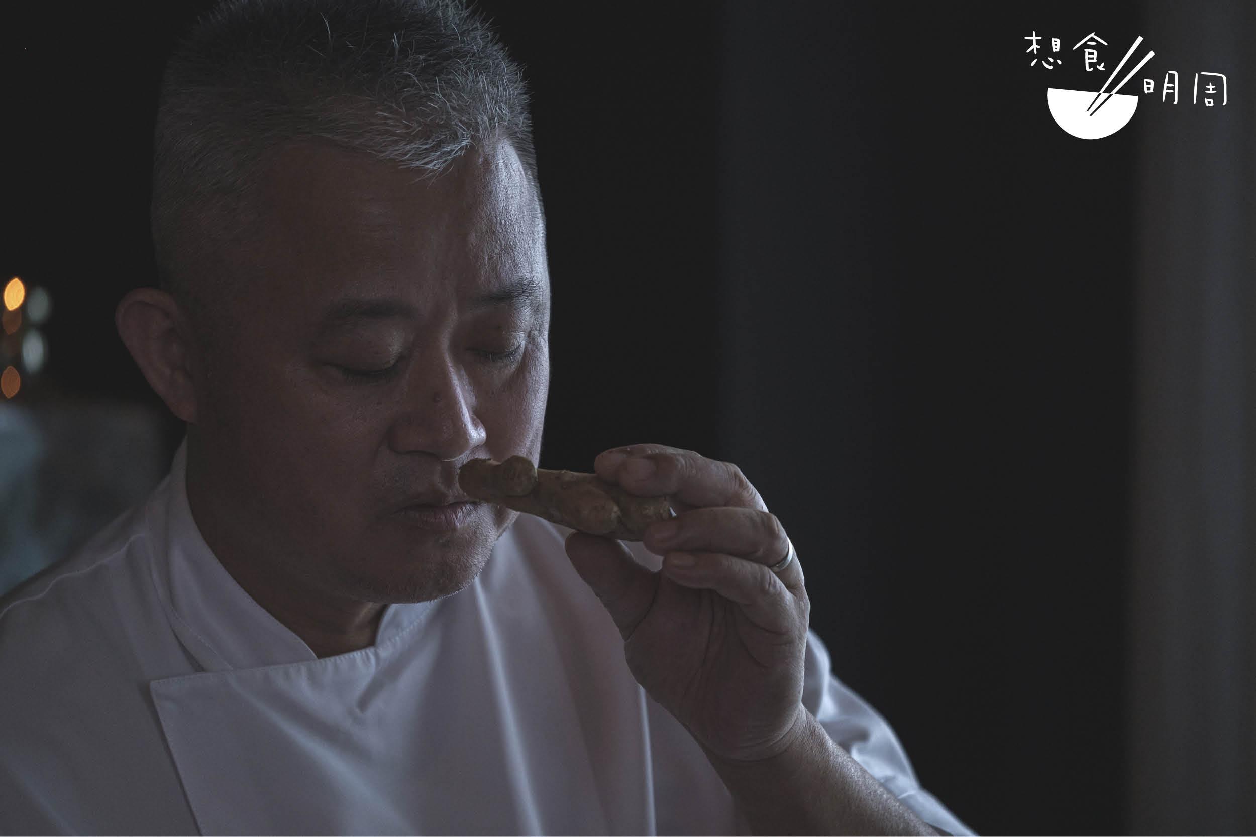 李志偉是香港瑰麗酒店彤福軒中菜行政總廚。製作薑汁撞奶時,他會選用小黃薑。