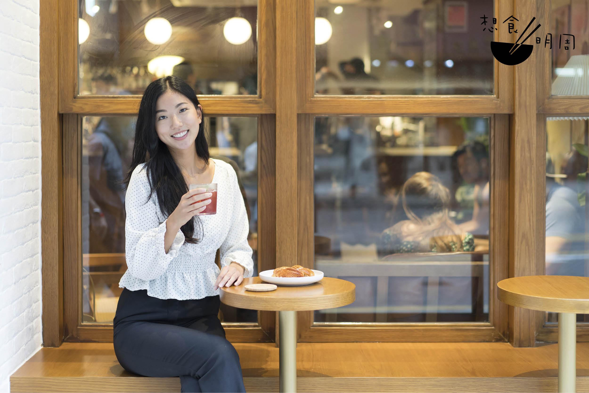 香港人總是喜歡坐在門前位打卡影相,但在外國,安坐在門前飲啡實在與打卡無關,「在挪威甚或是西方國家,outdoor seating很常見,大家都純粹是想在露天/室外空間感受自然、享受明媚的日光,看看來往的人與事,僅止如此。」