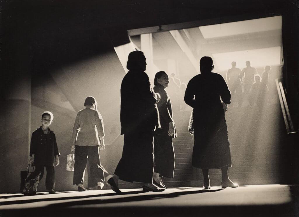 攝影家何潘在往日的中環街市,拍下不少經典迷人照片。