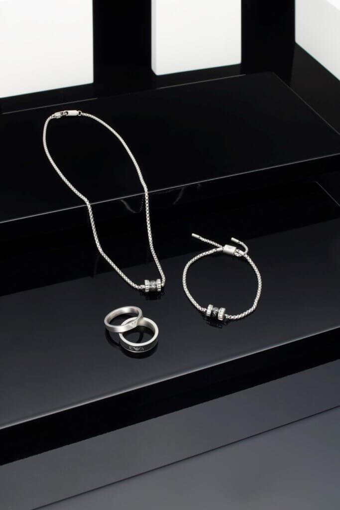 不銹鋼黑色漆面頸鏈 $1,250、滑扣手鏈 $1,100、疊戴式不銹鋼黑色漆面戒指 $950