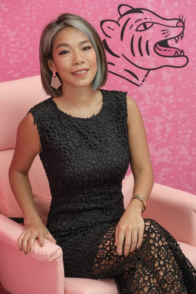 Maki Ho是Benefit Cosmetics香港首席美眉師,擁有超過十六年以上的專業修眉及化妝經驗,亦曾擔任大中華區修眉導師,期間走訪各地與不同地區的修眉師分享美「眉」技巧。