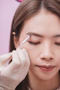 Step 5:再用斜角眉掃沾上 POWmade 拋「眉」弄眼持久眉膏,於眉毛外圍勾畫理想眉形,甚至是於眉中畫出根根分明的線條,造出仿羽毛的眉毛。