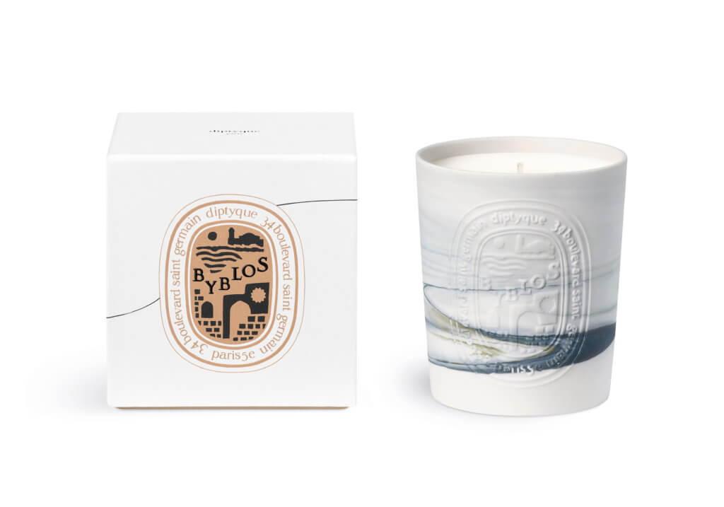 中途停留地 N°05 – Byblos Le Grand Tour最後一站為古老的海濱小城比布魯斯(Byblos)。這裏擁有世界上最古老的港口,1960年代,diptyque創辦人Yves與Desmond曾取道此處往東方。300克香氛蠟燭之外,每個燭杯均採用獨家陶土泥塑工藝製成,紋路各不相同,讓人不禁想起烘焙當地經典咖啡時升騰而起的 灰色煙霧。裝飾圖案上勾劃出典型地中海小城景象:港口風貌與小道縱橫交織的市集。
