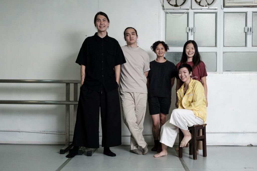 《相對現場》由〈你我相對多麼 ____ 〉 及〈現場〉兩組作品組成,五位創作人(左起)劉曉江、張利雄、黃杜茹、伍美宜、(前)李嘉雯。