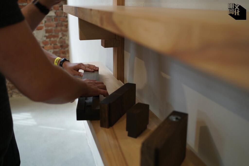 Lennart van Uffelen以本土材料,手造入榫的家具部件。