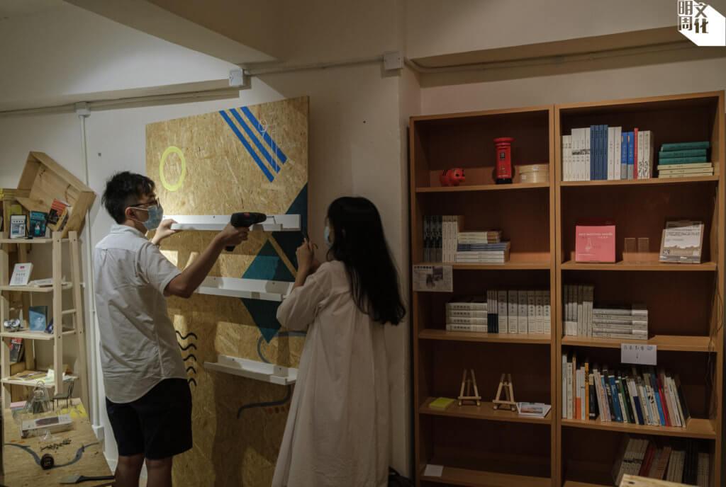大南街七份一書店的店長,忙於在試業作最後整理。