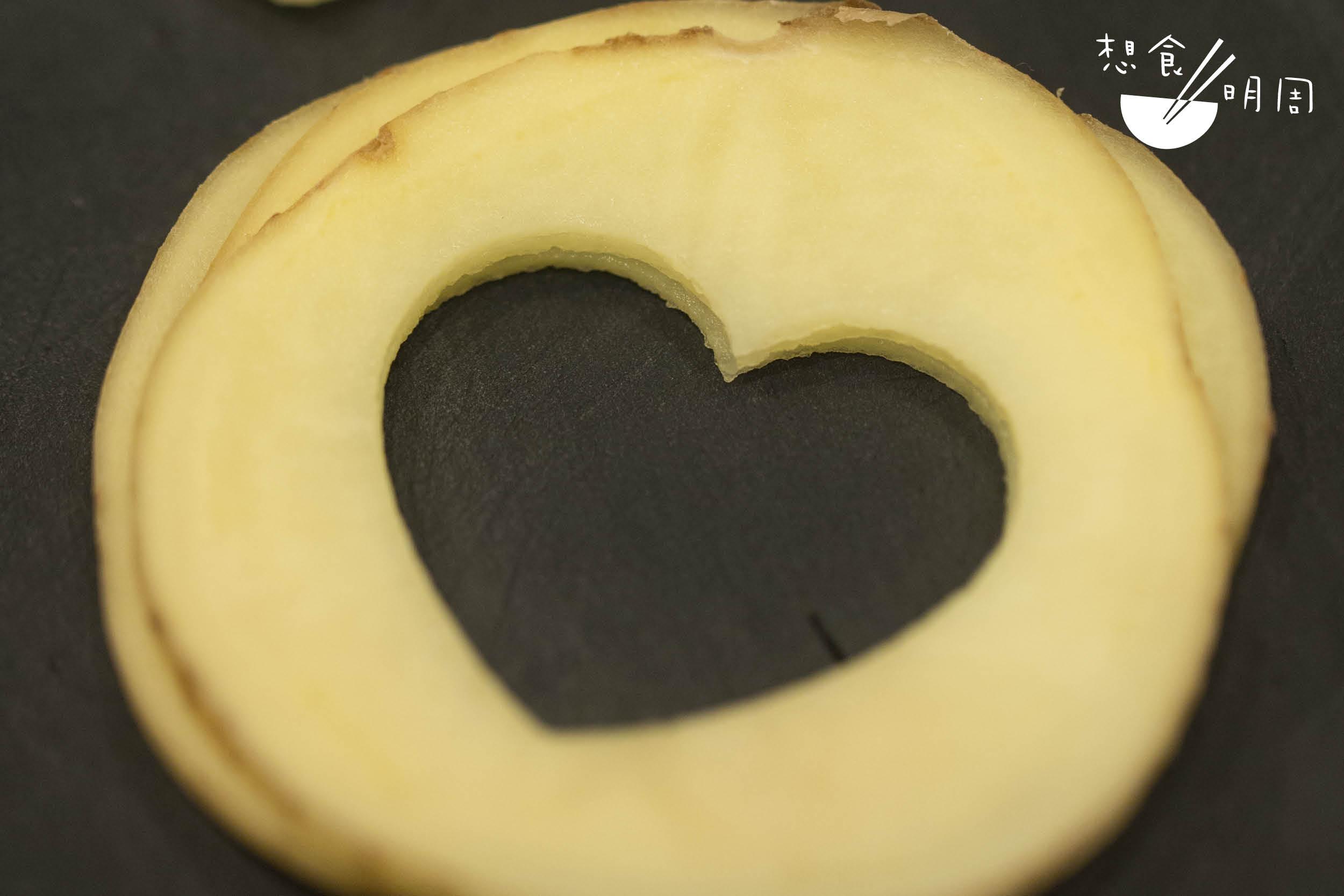 連計製作過程中的耗損,每粒 Argia薯仔只能製作出二至四粒心形pomme soufflé,每粒心何其珍貴。