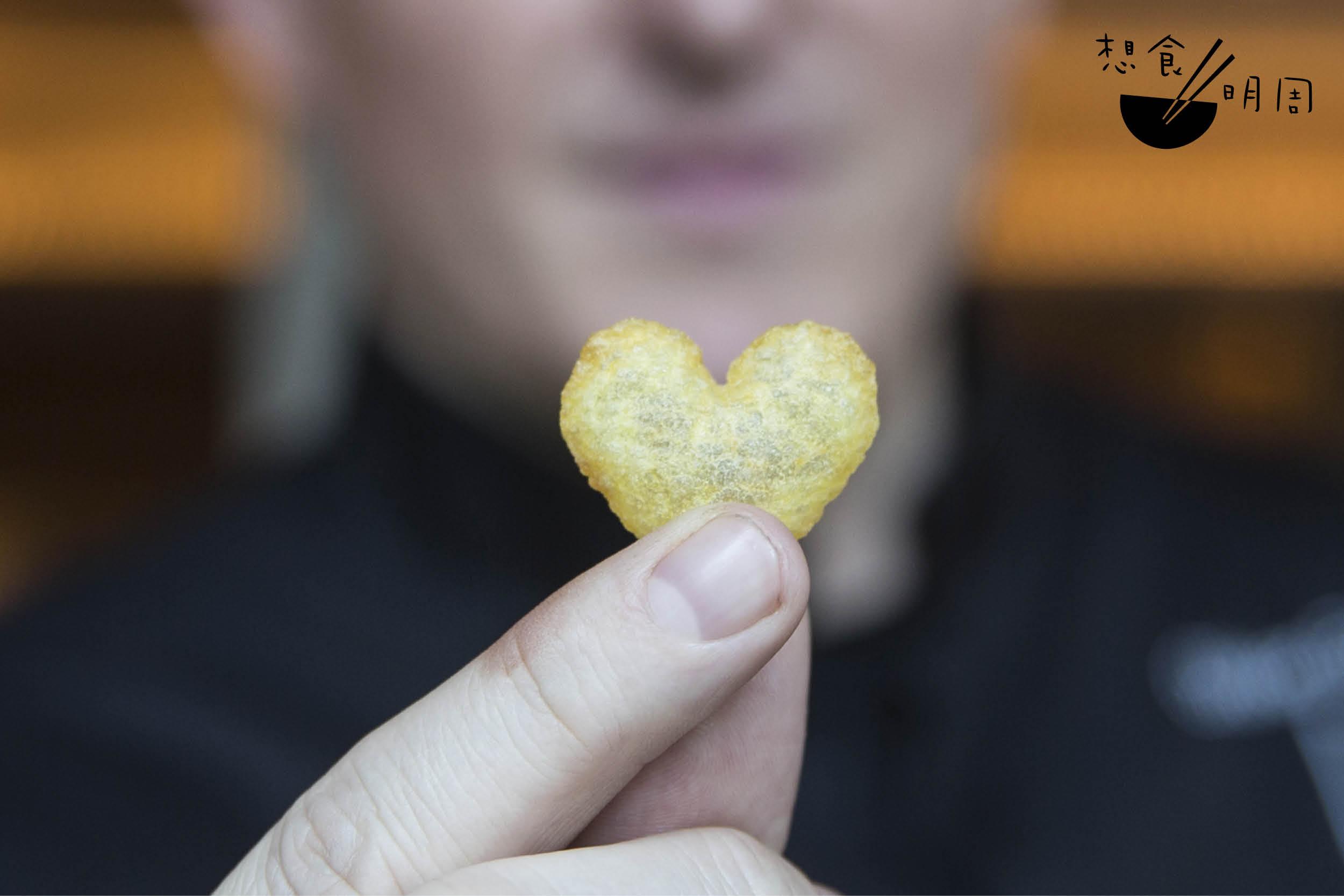 香脆的薯片總是令人欲罷不能, 香港瑞吉酒店L'ENVOL餐飲總監 Olivier Elzer也如是說:「薯片有種魔力,一旦你開始了,就無法再停止,直至吃清光。」是故大部分客 人都能吃完全部pomme soufflé。