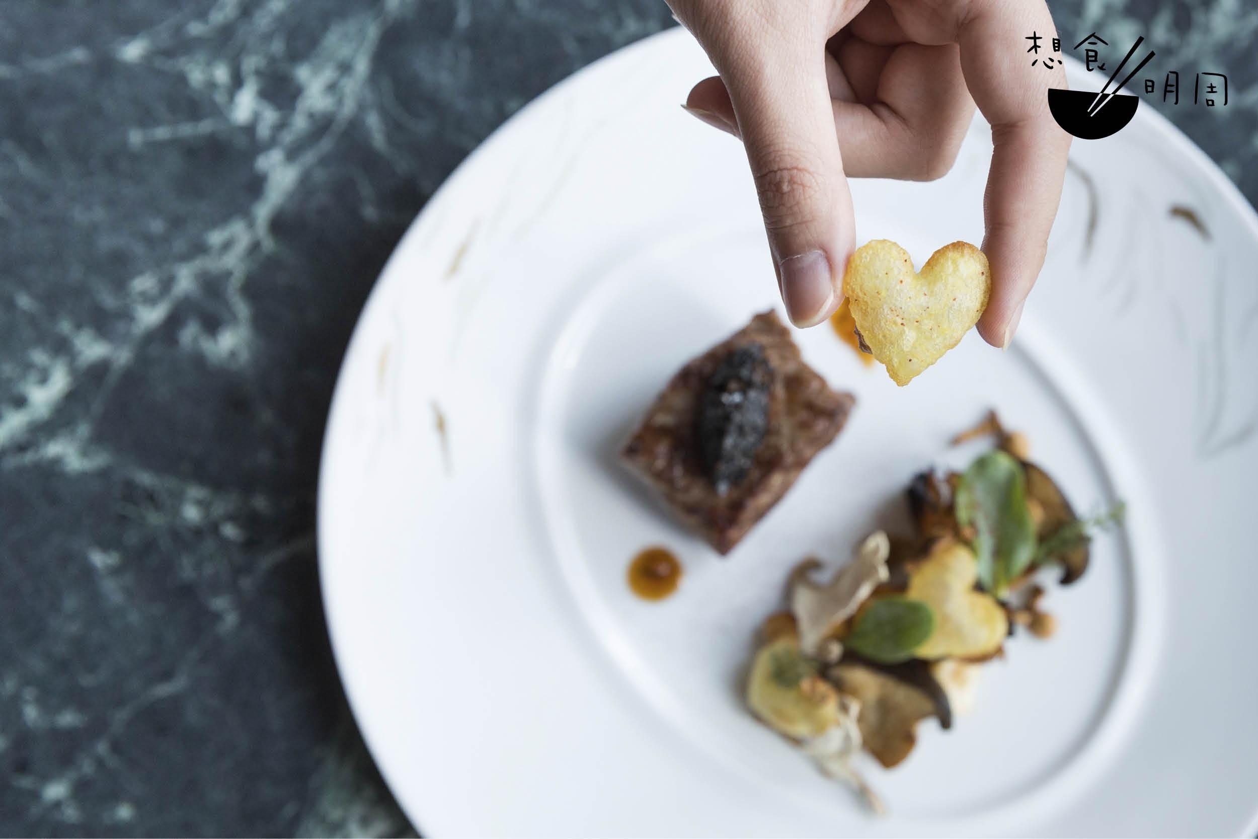 炭燒M8牛柳配香炸薯仔及傳統醬汁 // 牛肉的選材隨季節轉變。今期使用的是澳洲 M8和牛配柑橘味牛汁,在菇菜間放上pomme soufflé,以平衡肉脂同時兼具香脆口感。 (DÉCOUVERTE五道菜餐單,$1,888/位)