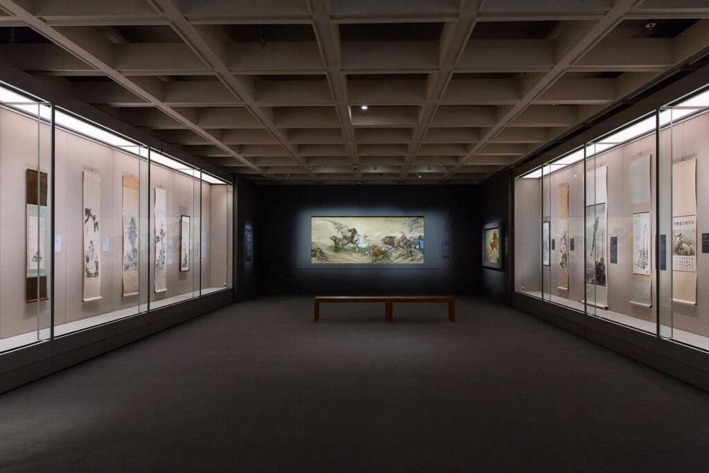 策展團隊在展廳設計上亦甚具心思,透過畫作二分法的陳列及黑白顏色的配置,突顯「嶺南畫派」及「國畫研究會」兩家的鮮明對比。