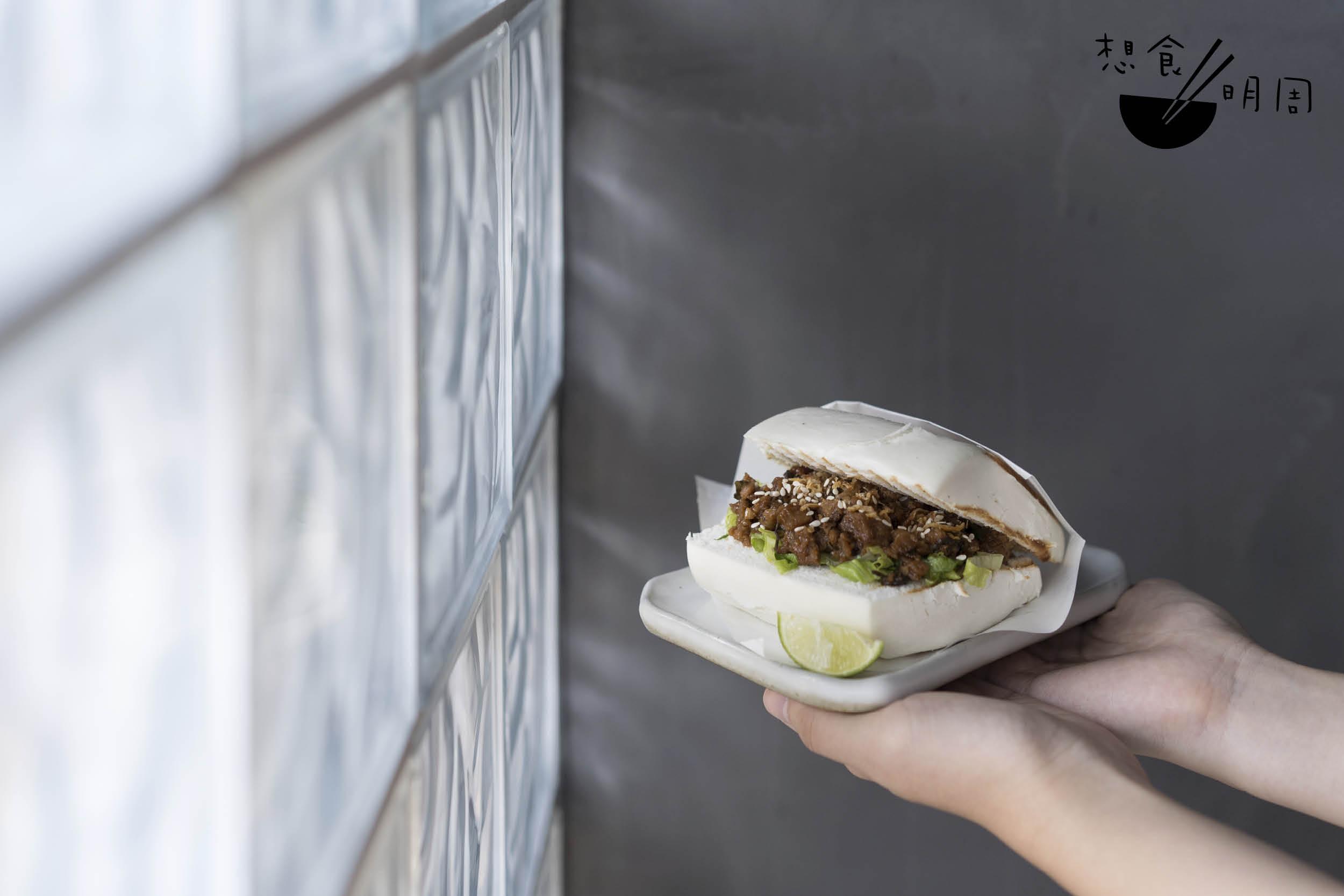 泰式香葉炒新豬肉刈包 // 包邊烤得帶微微焦脆,素肉質感像真,泰式香料味濃厚,飽肚而惹味。($78)
