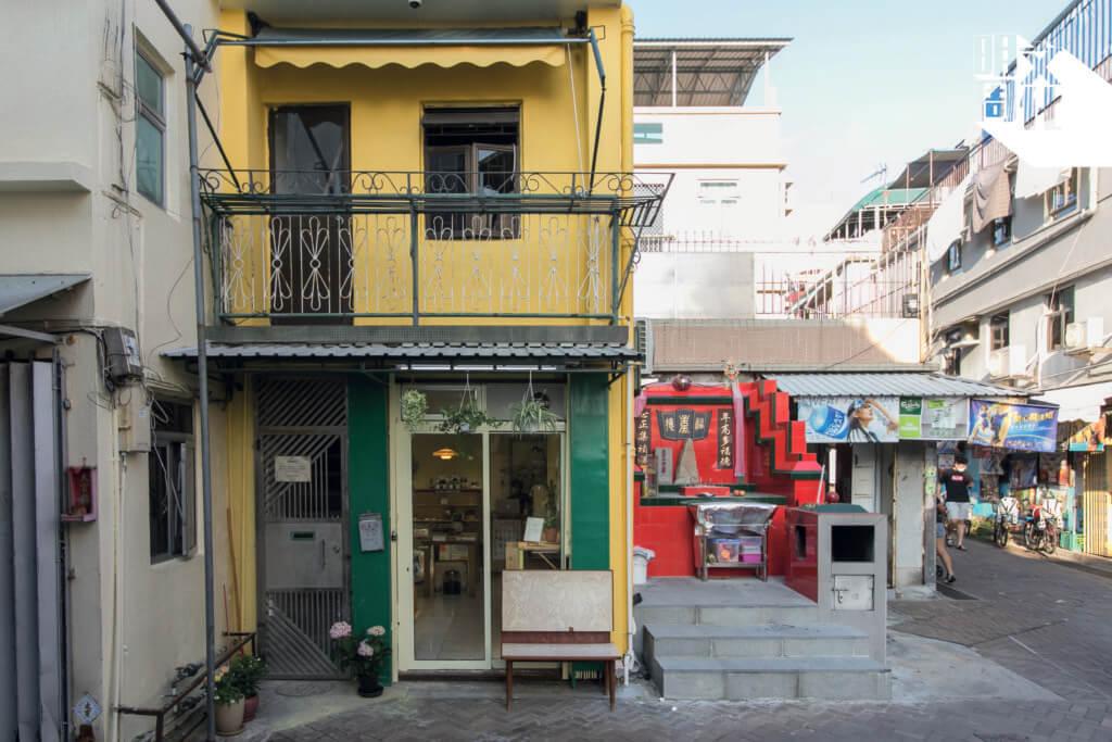 渡日書店位於北社街,黃色小屋與深綠色的鐵樑閘,看上去十分活潑。