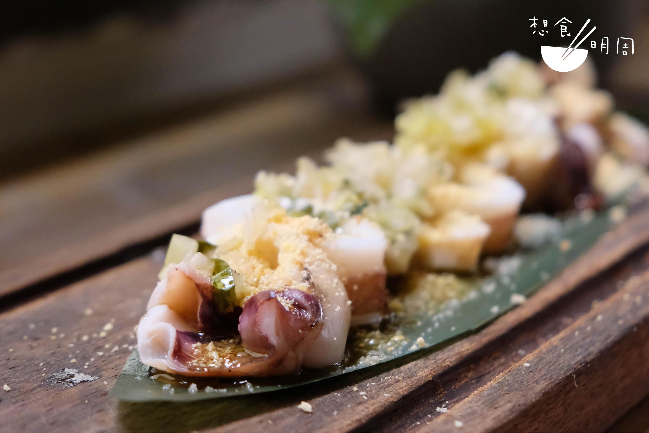 青莎莎醬烤魷魚 // 魷魚烤得剛好,配青莎莎醬好開胃。面層同樣灑上了烤木薯粉增添口感。