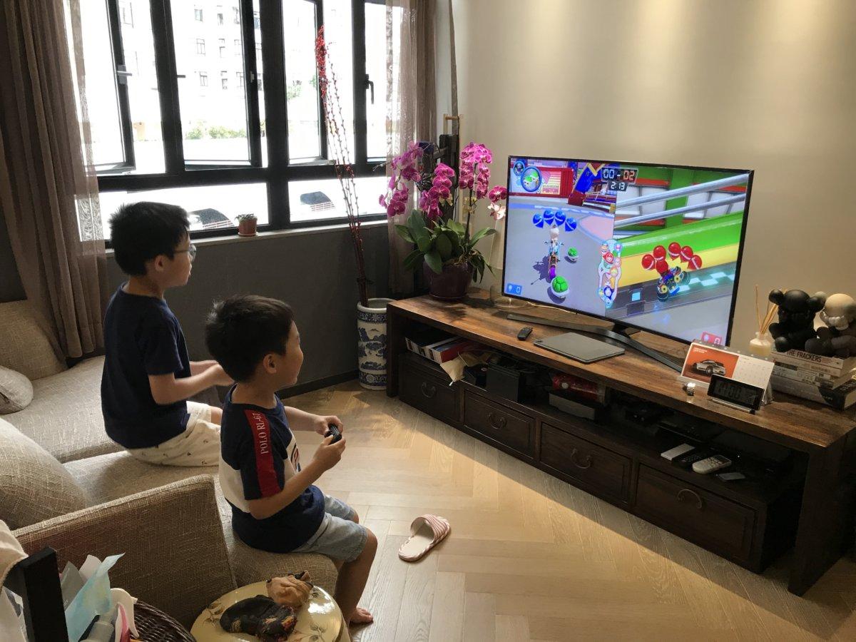 小朋友到親友家玩電視遊戲,總會玩到「唔肯走」。
