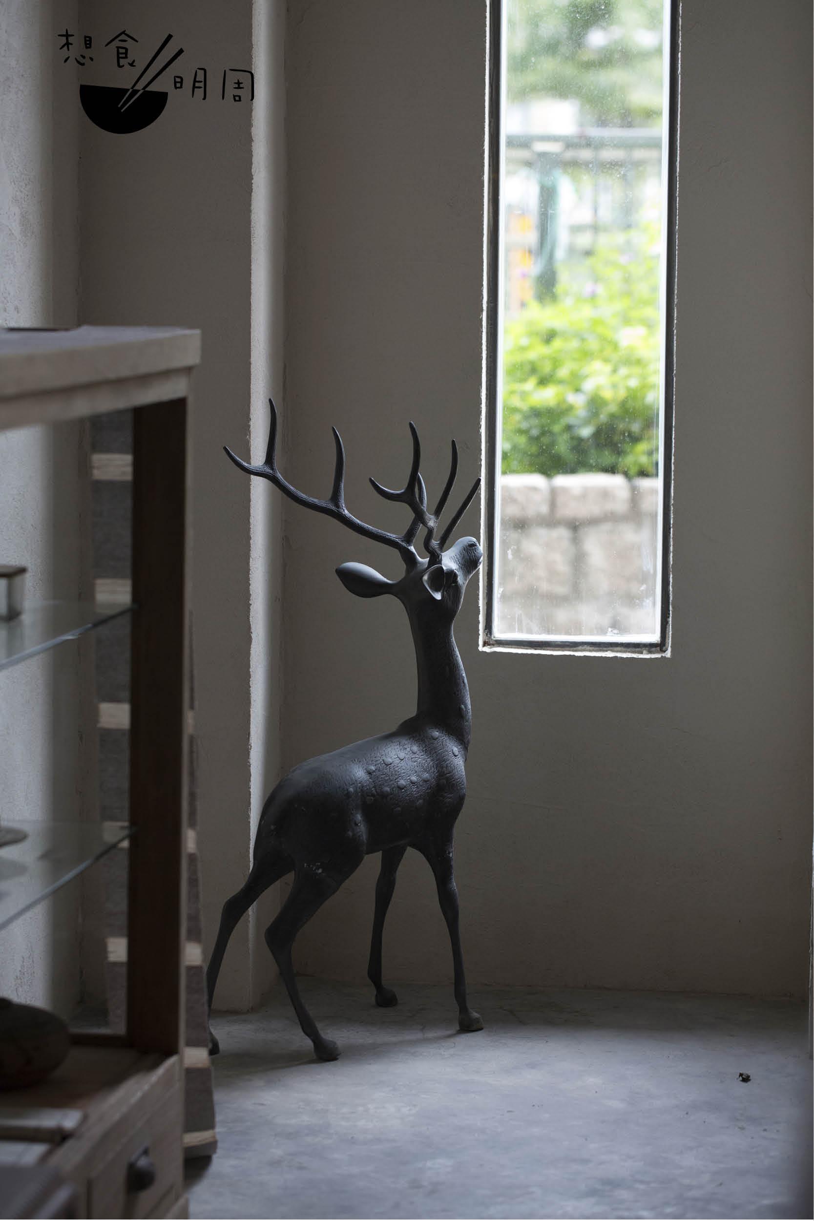 把昭和初期銅鹿安放在近門處,成為了大多訪客的打卡對象。但實際上,Pete想分享的是,日本的鹿不止是大家印象中那在京都被餵飼與打卡的鹿,在古代更是有騎鹿射箭之用,「由於古代的雄鹿很大隻(體型只比馬略小),而日本人個子細小,以鹿代馬絕對無問題。」