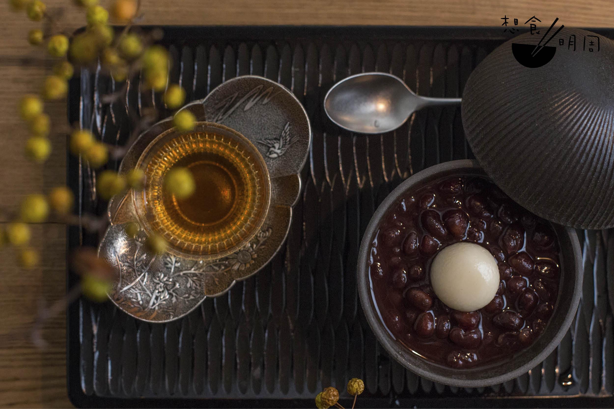 善哉 // 採用大納言紅豆,熬煮三小時而不煮爛,中間配有白玉。在象谷塗茶盤上尚有一小杯茶品,作為甜食後清洗味蕾之用。($60)
