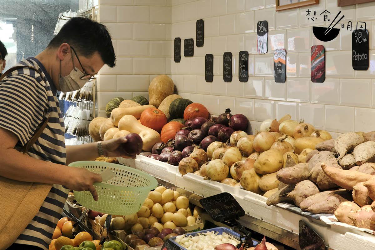 Gary尤愛到中環嘉咸街街市買菜,「這裏是很多名廚的天堂!」這天,他便在「華記」選擇新鮮香草及蔬果。