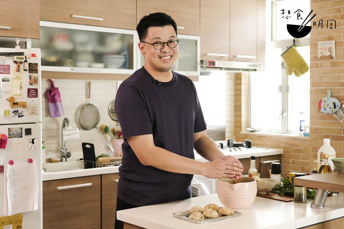 從美國回流的Gary Suen,愛吃、愛下廚,也愛手作食器。最近他便擴充家裏的廚房,「那就能有更多空間放置我的陶瓷碗和廚具了!」