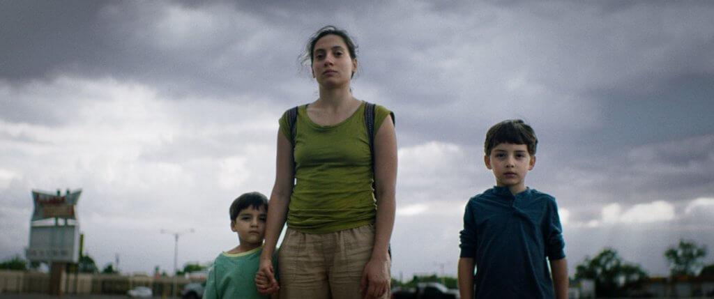 《媽媽不在家》的情節由墨西哥導演Samuel Kishi Leopo改編自身經歷而成,樸實真摯的敘事手法充滿溫馨童趣,影片獲2020年柏林影展新世代單元評審團大獎。(《媽媽不在家》Los Lobos (2019) FiGa Films)