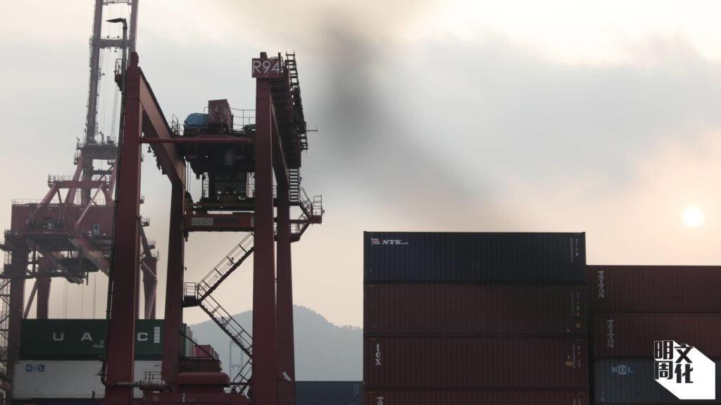 碼頭工作的辛酸,所面對的壓榨與惡劣的工作環境,在職工盟的介入下逐漸改善。