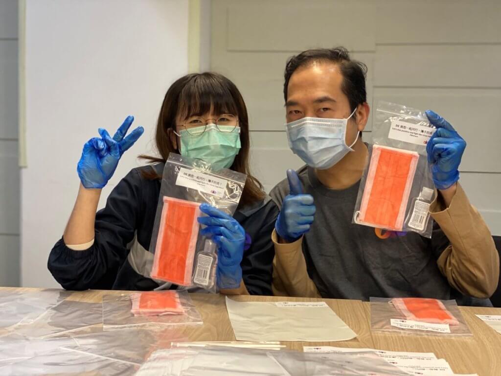 疫情期間,黑暗中對話的員工們親手包裝物資,派送給有需要的社群。