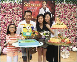 劉小慧和兩個女兒蘇君蒿(右二)、蘇靖珺(左一)早前為蘇志威慶祝五十歲生日,一家人不時探望愛駒。