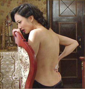 在《城寨英雄》,王君馨打得又要展露玉背和纖腰,演技獲讚賞。