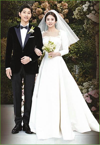 宋仲基和宋慧喬一直洋溢出幸福的笑容,甜蜜程度羨煞旁人。