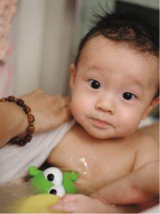 雷子樂只有十一個月大,不過驟眼看,他的樣子卻似一歲多的小朋友。