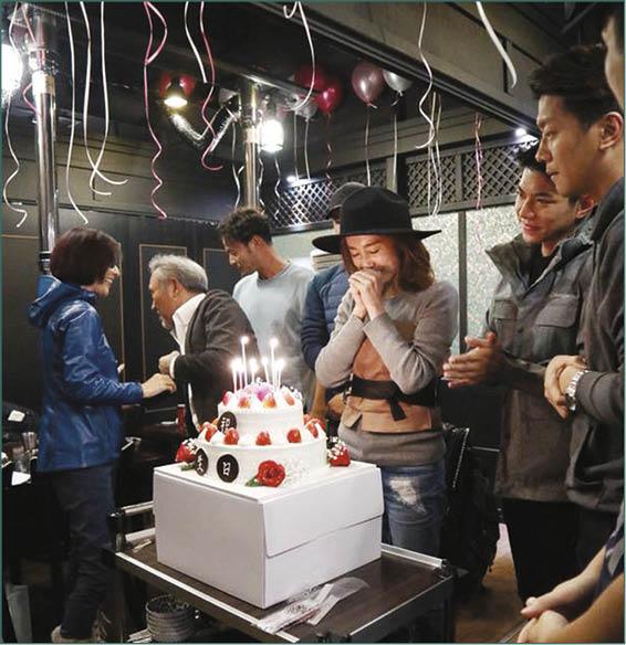 林漪娸當地友人及導遊與翻譯分別送上蛋糕予蔣家旻,令她驚喜萬分。
