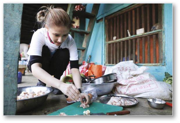 在尼泊爾當義工,她蹲下來煮飯,還笑言煮完飯對腳像廢了般。