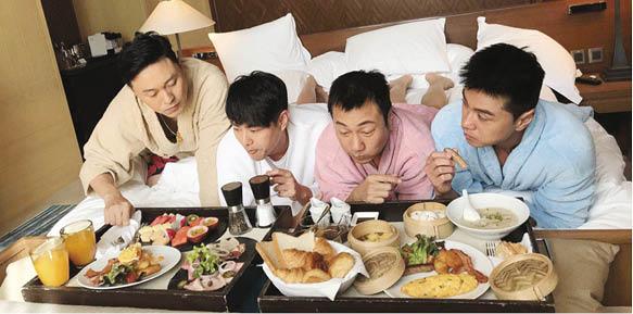 四子穿上浴袍在牀上享用早餐,簡直公公變皇上。