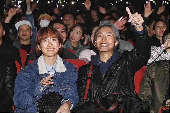 陳柏宇和太太前來支持Deep,睇騷期間也情不自禁豎起大拇指。