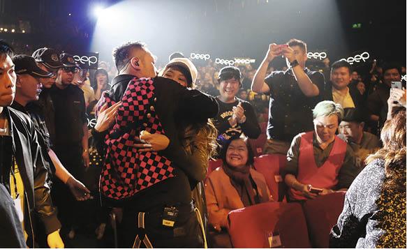 女友Michelle與Deep的歌唱老師結伴而來,Deep與台下觀眾握手時也不忘與女友擁抱。
