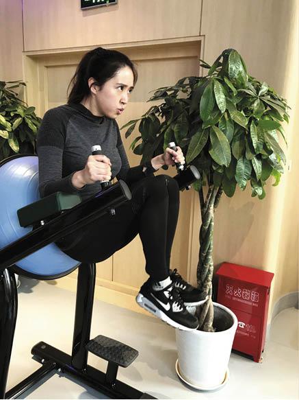 東東為演唱會頻頻健身,太太亦陪着他一起做運動。